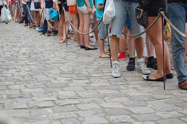 lidé čekající ve frontě