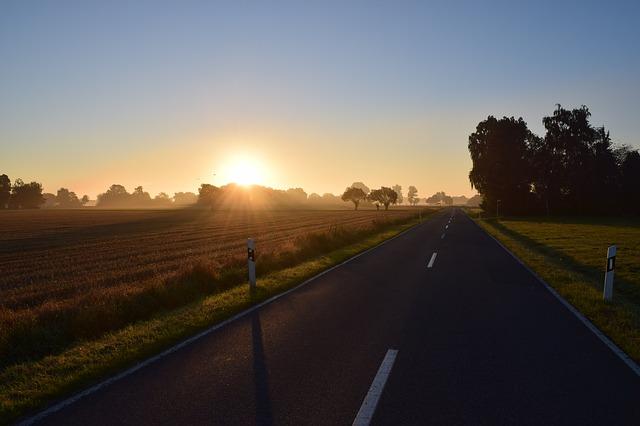 silnice před západem slunce