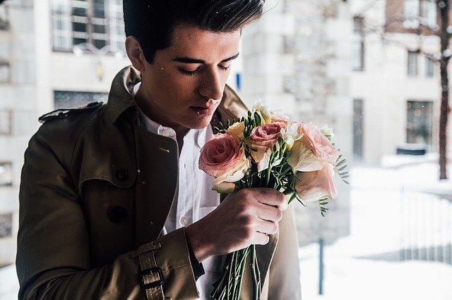 muž s květinou v ruce